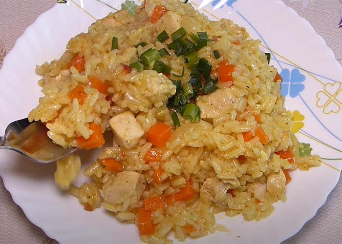 вкусный рис с курицей на сковороде