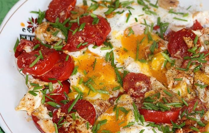 быстрая и вкусная яичница с помидорами