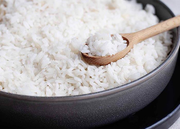 вареный рис  ложке